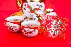Nahaufnahme auf chinesischem Teesatz mit dem Umschlag, der das Wortdoppeltglück trägt Lizenzfreies Stockfoto