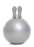 Nahaufnahme auf dem Bein, das auf Eignungsball legt Lizenzfreie Stockfotos