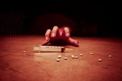 Nahaufnahme auf dem Boden der Spritze mit der Droge Stockfotografie