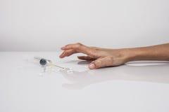 Nahaufnahme auf dem Boden der Spritze mit der Droge Stockbilder