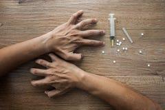 Nahaufnahme auf dem Boden der Spritze mit der Droge Im backg Lizenzfreie Stockbilder