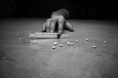 Nahaufnahme auf dem Boden der Spritze mit der Droge Im backg Stockbild