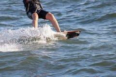 Nahaufnahme auf dem Schaum gemacht durch ein kitesurf Brett stockfotos