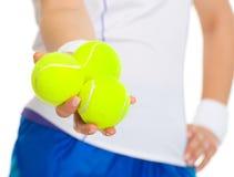Nahaufnahme auf dem weiblichen Tennisspieler, der Bälle gibt Lizenzfreies Stockfoto