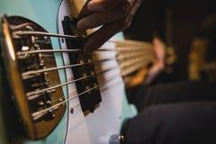 Nahaufnahme auf den Bass-Gitarrenschnüren, während jemand spielt stockfoto