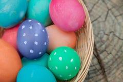 Nahaufnahme auf den Eiern in einem Ostern-Nest auf einem Stumpf Lizenzfreie Stockfotos