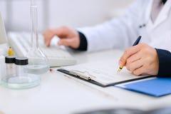 Nahaufnahme auf den Händen des Doktors arbeitend am Tisch Stockfotos