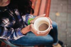 Nahaufnahme auf den Händen einer Frau, die eine Schale cofee halten Stockfoto