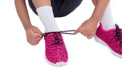 Nahaufnahme auf den Kinderhänden, die ihre Schuhe binden lizenzfreies stockbild