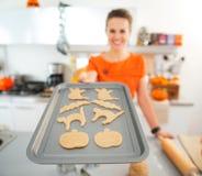 Nahaufnahme auf der Frau, die Behälter von ungekochten Halloween-Keksen hält Lizenzfreies Stockfoto