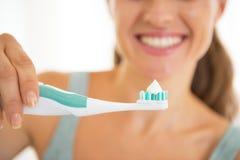 Nahaufnahme auf der Frau, die elektrische Zahnbürste zeigt stockbild