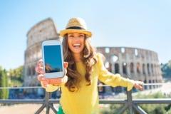 Nahaufnahme auf der Frau, die Handy in Rom zeigt Stockfotografie