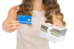 Nahaufnahme auf der Frau, die Kreditkarte und Geld gibt Lizenzfreie Stockbilder