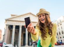 Nahaufnahme auf der Frau, die selfie in Rom macht Lizenzfreie Stockfotografie