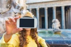 Nahaufnahme auf der Frau, die selfie in Rom macht Stockfotos