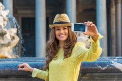 Nahaufnahme auf der Frau, die selfie in Rom macht Stockfoto