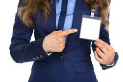Nahaufnahme auf der Geschäftsfrau, die auf Ausweis zeigt Stockfoto
