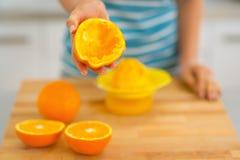Nahaufnahme auf der jungen Frau, die orange Schale zeigt Lizenzfreies Stockbild