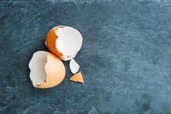 Nahaufnahme auf Eierschale auf Steinsubstrat Stockfoto