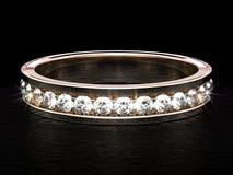 Nahaufnahme auf einem glänzenden Diamantring auf schwarzer glatter Fläche stockfoto