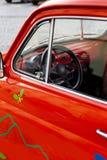 Nahaufnahme auf einem roten Minirad des weinleseautos Lizenzfreie Stockfotografie