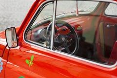 Nahaufnahme auf einem roten Minirad des weinleseautos Lizenzfreie Stockbilder