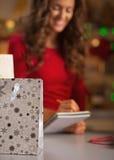 Nahaufnahme auf Einkaufstasche- und Frauenprüfungsliste von Geschenken stockfotografie