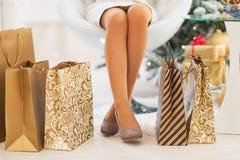 Nahaufnahme auf Einkaufstaschen nähern sich Frauenbeinen lizenzfreie stockbilder
