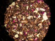 Nahaufnahme auf einzigartiger luxuriöser Teemischung der Schokolade und des Kräutertees stockfotografie