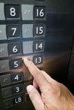 Nahaufnahme auf Fingerlesung Brialle auf Aufzugsplatte Lizenzfreies Stockfoto