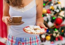 Nahaufnahme auf Frau in den Pyjamas, die heißen Tee anhalten Lizenzfreie Stockfotos