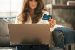 Nahaufnahme auf Frau mit Kreditkarte unter Verwendung des Laptops Lizenzfreie Stockfotografie