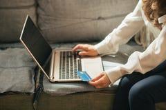 Nahaufnahme auf Frau mit Kreditkarte unter Verwendung des Laptops Stockbild