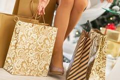 Nahaufnahme auf Frau unter Einkaufstaschen lizenzfreies stockfoto