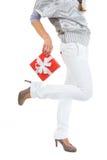 Nahaufnahme auf Frauenholding Weihnachtsgeschenkkasten Stockfoto