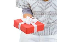 Nahaufnahme auf Frauenholding Weihnachtsgeschenkkasten Stockfotografie