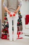 Nahaufnahme auf Frauenholding Weihnachtsgeschenkkasten Lizenzfreie Stockbilder