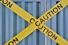 Nahaufnahme auf gelbem Achtung Signageband Stockfotos