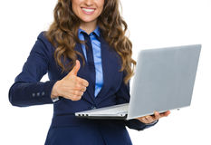 Nahaufnahme auf Geschäftsfrau mit dem Laptop, der sich Daumen zeigt Lizenzfreie Stockbilder