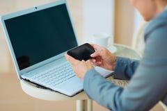 Nahaufnahme auf Geschäftsfrau-Schreiben sms auf Terrasse Stockfotografie