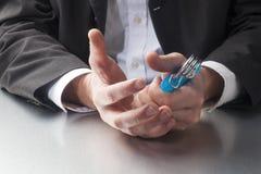 Nahaufnahme auf Geschäftsmann übergibt das Spielen mit Turnhallenwerkzeug für die Entspannung von Spannung bei der Arbeit Lizenzfreies Stockfoto