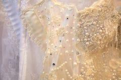 Nahaufnahme auf gestickten Heiratsbändern mit Perlen Stockfotos
