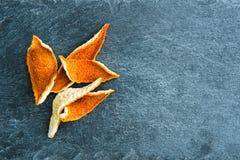 Nahaufnahme auf getrockneten orange Schalen auf Steinsubstrat Lizenzfreies Stockbild