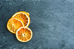 Nahaufnahme auf getrockneten orange Scheiben auf Steinsubstrat Lizenzfreies Stockbild