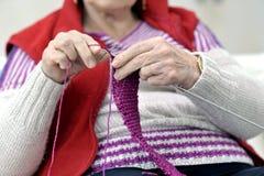 Nahaufnahme auf Händen des Strickens der älteren Frau Stockfotos