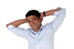 Nahaufnahme auf Händen eines Indermannes hinter seinem Kopf Lizenzfreies Stockbild