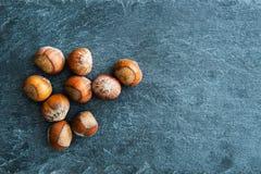 Nahaufnahme auf Haselnüssen auf Steinsubstrat Stockfoto