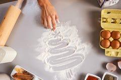 Nahaufnahme auf Hausfrauzeichnungs-Weihnachtsbaum auf Küchentisch lizenzfreie stockfotografie