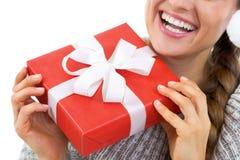 Nahaufnahme auf junger Frau in der Strickjacke, die Weihnachtspräsentkarton hält Lizenzfreie Stockbilder