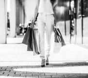 Nahaufnahme auf junger Frau mit Einkaufstaschen auf der Mallgasse stockbild